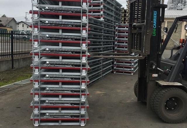 メッシュタイプ鉄コンテナを施設で段積み保管