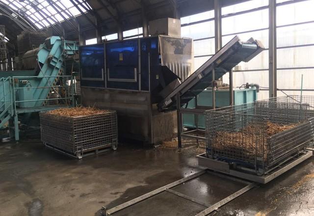 収穫した生薬原料を鉄コンテナで集荷して選別乾燥へ