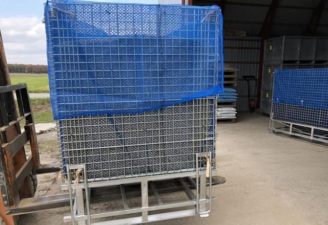 大豆の貯蔵 底部排出型のホッパー型鉄コンテナで一時貯蔵