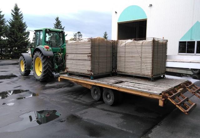 収穫した穀物を集荷場へ|メッシュコンテナボックス